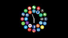 Kazán, Rusia - 5 de marzo de 2018: Animación de los logotipos sociales populares de los medios con los relojes, ilustrada como pé