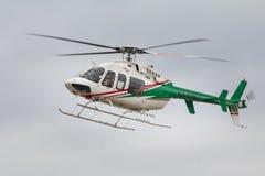 KAZÁN, RUSIA - 9 DE SEPTIEMBRE DE 2017: El pequeño helicóptero del pasajero comienza a aterrizar, ascendente cercano Foto de archivo