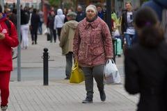 KAZÁN, RUSIA - 5 de septiembre de 2017: mujer adulta cansada en la calle con los panieres Imágenes de archivo libres de regalías