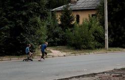 Kazán, Rusia, el 14 de agosto de 2011, los huérfanos pobres rusos juega con la silla quebrada Imagenes de archivo