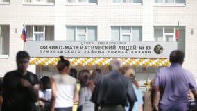 Kazán, Rusia, el 1 de septiembre de 2017: Fasade del liceo de la física y de las matemáticas - principio del año escolar almacen de metraje de vídeo