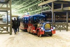 KAZÁN, RUSIA - ENERO DE 2018: la locomotora de vapor del ` s de los niños en la calle del ` s del Año Nuevo rueda a niños Fotos de archivo
