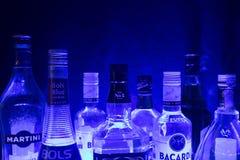 Kazán, Rusia 25 02 2017: Las botellas de la abundancia de alcohol beben en fila Fotografía de archivo