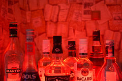 Kazán, Rusia 25 02 2017: Las botellas de la abundancia de alcohol beben en fila Foto de archivo
