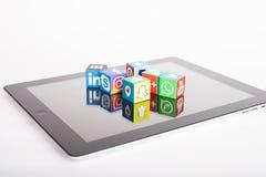 KAZ?N, RUSIA - 27 de enero de 2018: los cubos de papel con los logotipos sociales populares de los medios mienten en la tableta fotografía de archivo