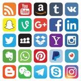 KAZ?N, RUSIA - 26 de octubre de 2017: Colecci?n de logotipos sociales populares de los medios impresos en el papel stock de ilustración