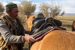 Kazach Berkutchi Eagle myśliwy robi comberu konia Zdjęcia Royalty Free