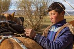 Kazach Berkutchi Eagle myśliwy robi comberu konia Obrazy Stock