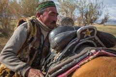 Kazach Berkutchi Eagle myśliwy robi comberu konia Obraz Royalty Free