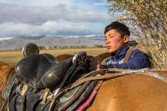 Kazach Berkutchi Eagle myśliwy robi comberu konia W Bayan-Olgii prowincja zaludnia 88,7% Kazakhs Fotografia Stock