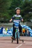 KAZACHSTAN, ALMA ATA - JUNI 11, 2017: Kinderen ` s het cirkelen competities Reis DE kids De kinderen op de leeftijd van 2 tot 7 j Stock Afbeelding