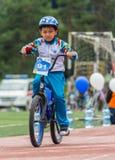 KAZACHSTAN, ALMA ATA - JUNI 11, 2017: Kinderen ` s het cirkelen competities Reis DE kids De kinderen op de leeftijd van 2 tot 7 j Royalty-vrije Stock Afbeelding