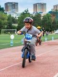 KAZACHSTAN, ALMA ATA - JUNI 11, 2017: Kinderen ` s het cirkelen competities Reis DE kids De kinderen op de leeftijd van 2 tot 7 j Stock Afbeeldingen