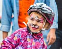 KAZACHSTAN ALMATY, CZERWIEC, - 11, 2017: Dziecka ` s kolarstwa rywalizacj wycieczki turysycznej de dzieciaki Dzieci starzejący si zdjęcia royalty free