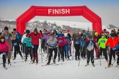 KAZACHSTAN ALMATY, LUTY, - 25, 2018: Amatorskie przez cały kraj narciarstwa rywalizacje ARBA narciarski fest 2018 uczestnicy Zdjęcie Stock