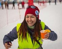 KAZACHSTAN ALMATY, LUTY, - 25, 2018: Amatorskie przez cały kraj narciarstwa rywalizacje ARBA narciarski fest 2018 uczestnicy Obraz Stock