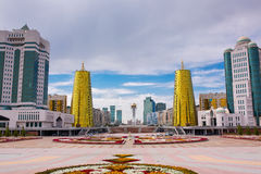 kazachstan astana 25 augustus, 2015 Moderne woningbouw Commerciële centra Bayterekmonument Royalty-vrije Stock Afbeelding