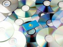 Kazachstan flaga na górze cd i DVD stosu odizolowywającego na bielu Fotografia Royalty Free