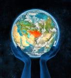 Kazachstan op aarde in handen Stock Foto's