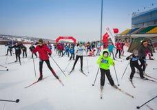 KAZAJISTÁN, ALMATY - 25 DE FEBRERO DE 2018: Competencias aficionadas del esquí de fondo del fest 2018 del esquí de ARBA participa Imágenes de archivo libres de regalías