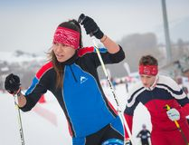 KAZAJISTÁN, ALMATY - 25 DE FEBRERO DE 2018: Competencias aficionadas del esquí de fondo del fest 2018 del esquí de ARBA participa Foto de archivo libre de regalías