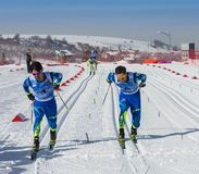 KAZAJISTÁN, ALMATY - 25 DE FEBRERO DE 2018: Competencias aficionadas del esquí de fondo del fest 2018 del esquí de ARBA participa Fotos de archivo libres de regalías
