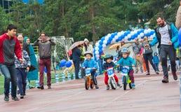 KAZAJISTÁN, ALMATY - 11 DE JUNIO DE 2017: Las competencias de ciclo del ` s de los niños viajan a de kids Los niños envejecidos 2 Foto de archivo