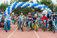 KAZAJISTÁN, ALMATY - 11 DE JUNIO DE 2017: Las competencias de ciclo del ` s de los niños viajan a de kids Los niños envejecidos 2 Fotografía de archivo libre de regalías