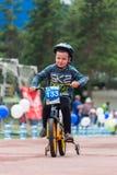 KAZAJISTÁN, ALMATY - 11 DE JUNIO DE 2017: Las competencias de ciclo del ` s de los niños viajan a de kids Los niños envejecidos 2 Fotos de archivo libres de regalías