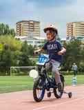 KAZAJISTÁN, ALMATY - 11 DE JUNIO DE 2017: Las competencias de ciclo del ` s de los niños viajan a de kids Los niños envejecidos 2 Imagen de archivo libre de regalías