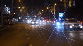 Kazajistán, Astaná En noviembre de 2016 Tráfico de la noche almacen de metraje de vídeo