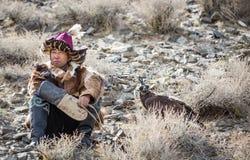 Kazakh adelaarsjager met zijn adelaar Stock Foto's