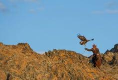Kazakh adelaarsjager met zijn adelaar Stock Afbeeldingen