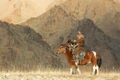 Kazakh adelaarsjager met zijn adelaar Stock Fotografie