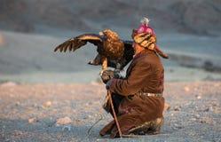 Kazakh adelaarsjager met zijn adelaar Stock Afbeelding