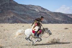 Kazakh adelaarsjager op zijn paard Stock Fotografie