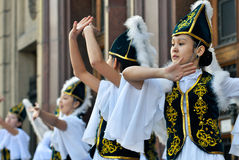 Kazakh dansers in nationale kleren Royalty-vrije Stock Foto's
