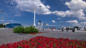 Kazakh Eli del monumento del Stele con el pájaro Samruk y el palacio del hyperlapse del timelapse de la independencia almacen de video