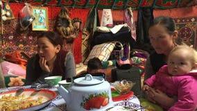 Kazakh familie van jagers met gouden adelaars binnen Mongoolse Yurt stock footage