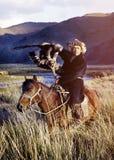 Kazakh på häst med Eagle Catching Concept Arkivbilder