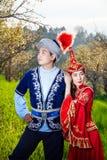 Kazakh paar in etnisch kostuum stock afbeeldingen