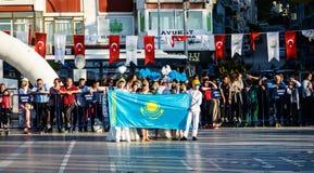 Kazakh Volksdansers op Nationale Soevereiniteit en Kinderen` s Dag - Turkije Stock Fotografie