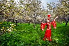 Kazakhdansare i traditionell dräkt royaltyfri fotografi