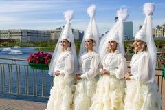 Kazakhflickorna i nationell klänning royaltyfri foto
