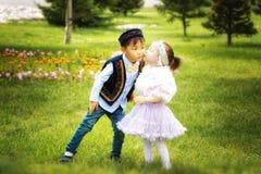 Kazakhpys och flicka som spelar tillsammans Arkivfoton