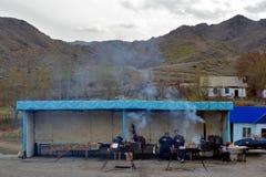 Kazakhs die thee in kant van de wegkoffie drinken Royalty-vrije Stock Afbeelding
