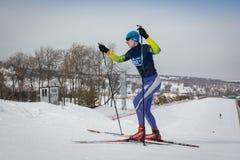 KAZAKHSTAN, ALMATY - 25 FÉVRIER 2018 : Concours amateurs de ski de fond du fest 2018 de ski d'ARBA participants Photos libres de droits