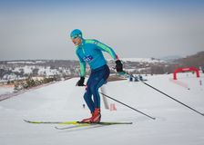 KAZAKHSTAN, ALMATY - 25 FÉVRIER 2018 : Concours amateurs de ski de fond du fest 2018 de ski d'ARBA participants Photographie stock libre de droits
