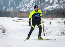 KAZAKHSTAN, ALMATY - 25 FÉVRIER 2018 : Concours amateurs de ski de fond du fest 2018 de ski d'ARBA participants Images libres de droits