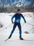 KAZAKHSTAN, ALMATY - 25 FÉVRIER 2018 : Concours amateurs de ski de fond du fest 2018 de ski d'ARBA participants Image libre de droits